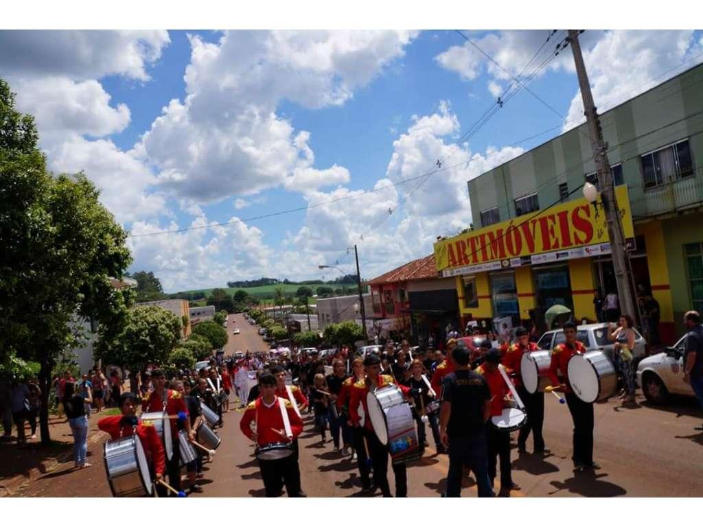 Desfile Cívico Realizado em Comemoração aos 54 anos de Nova Cantu - Galeria de Imagens