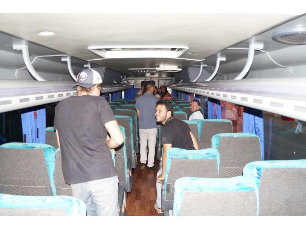 Acadêmicos recebem o ônibus que fará o transporte até Campo Mourão - Galeria de Imagens