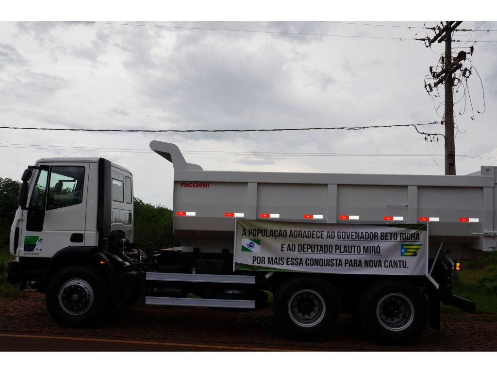 Nova Cantu Recebeu Novo Caminhão Basculante Trucado e Traçado - Galeria de Imagens