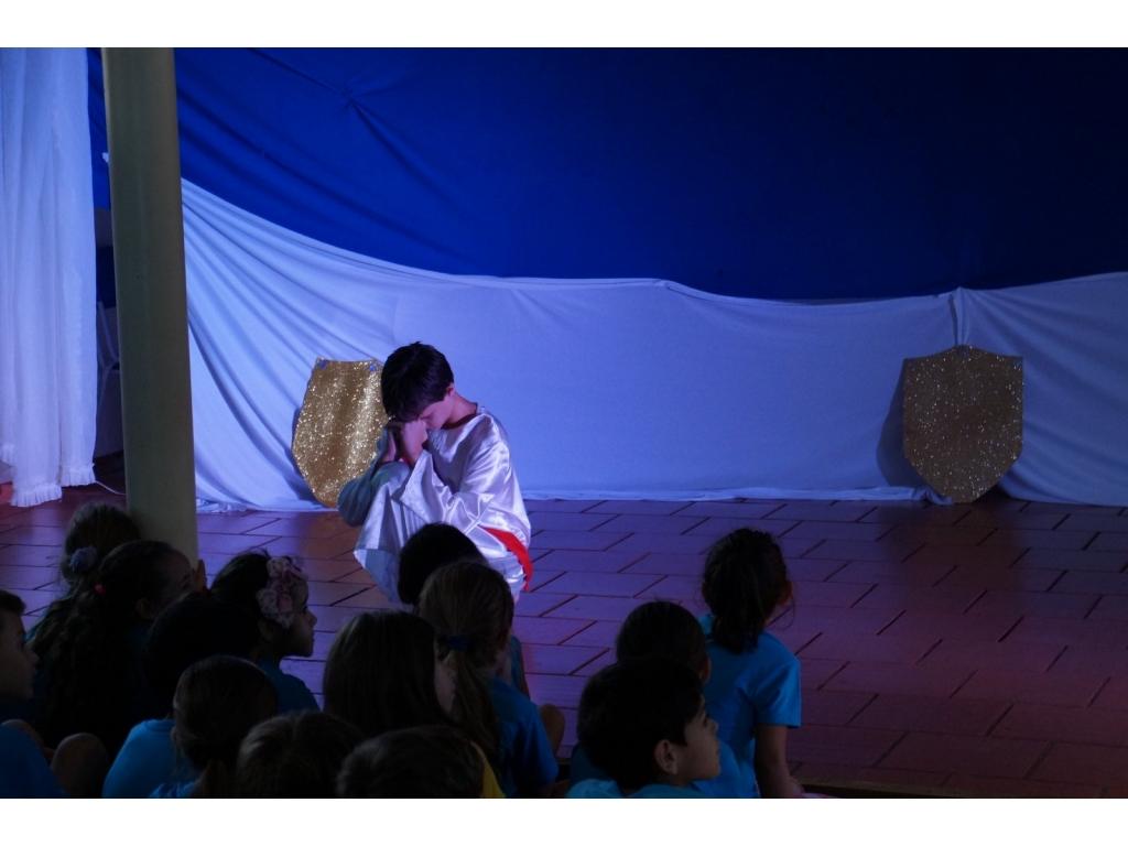 Alunos do Curso de Teatro Encenam Peça, Jesus o Caminho a Verdade e a Vida, na Escola Municipal Castro Alves - Galeria de Imagens