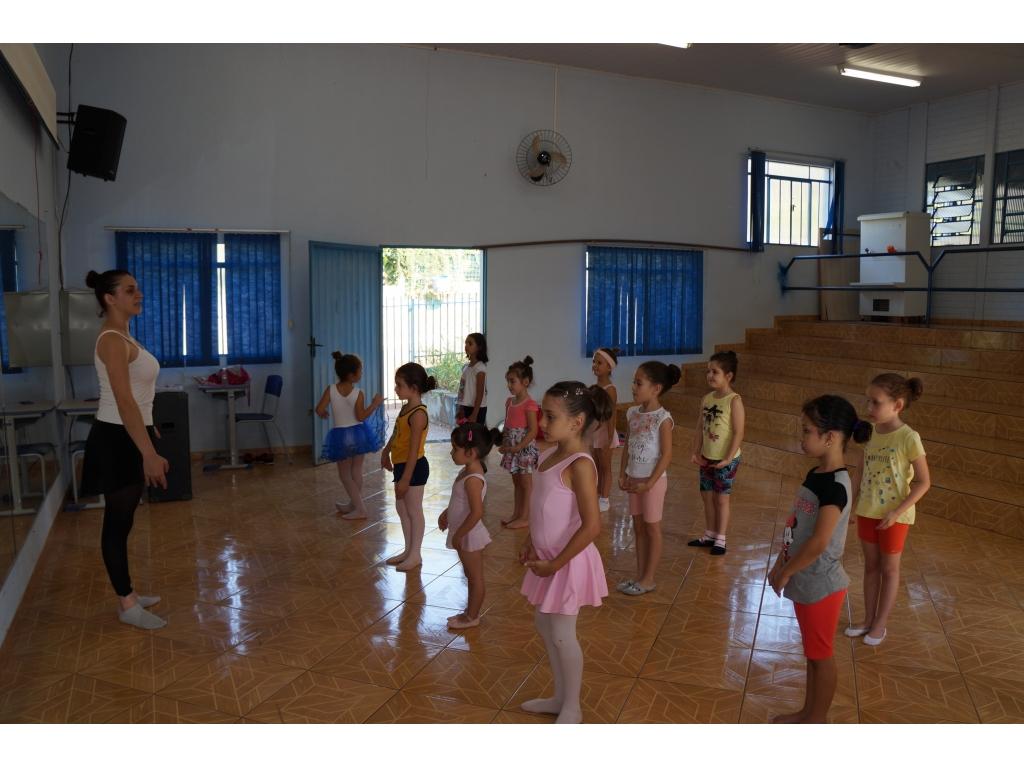 Aulas de Ballet no Centro de Convivência da Família - Galeria de Imagens