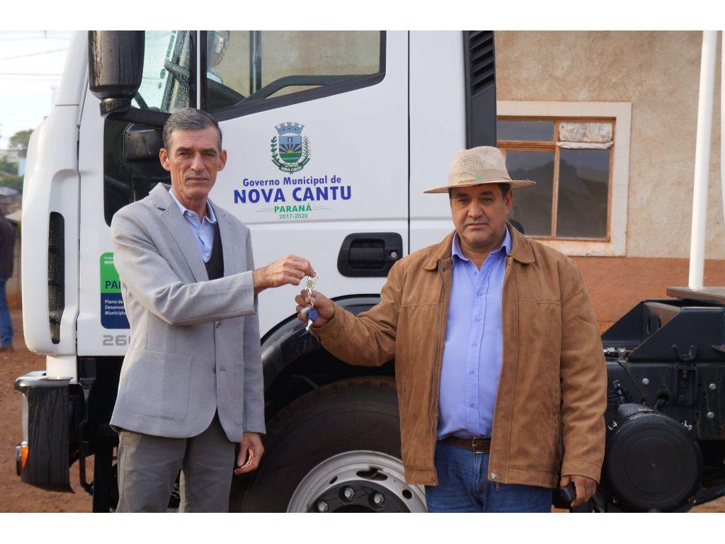 Prefeito Fez a Entrega do Caminhão Basculante Para o Secretário de Infraestrutura e Obras - Galeria de Imagens