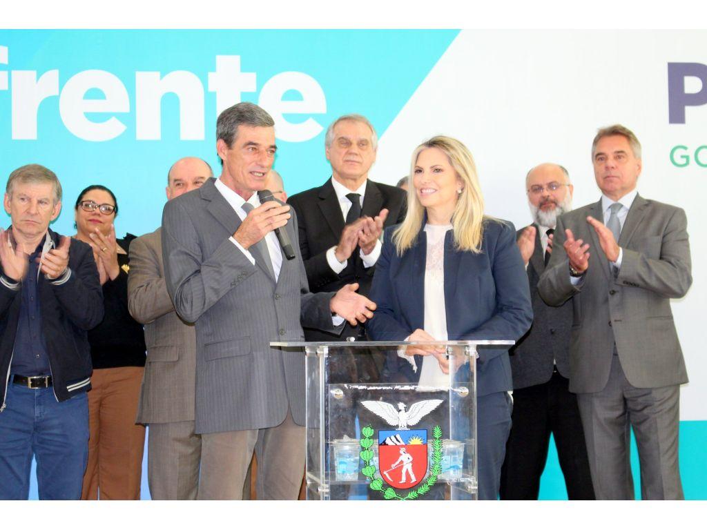Prefeito Assina Convênios de R$ 829 mil Para Recape Asfáltico, Aquisição de Pá Carregadeira e Escavadeira Hidráulica - Galeria de Imagens