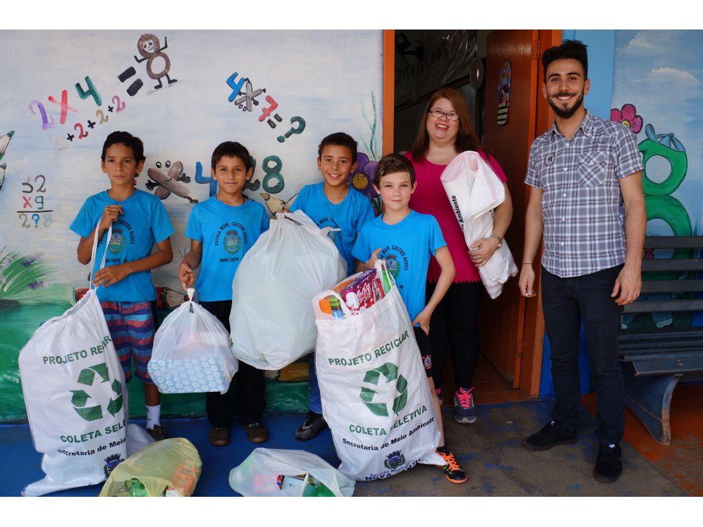 Alunos da Escola Municipal Castro Alves Desenvolvem Atividades de Reciclagem - Galeria de Imagens