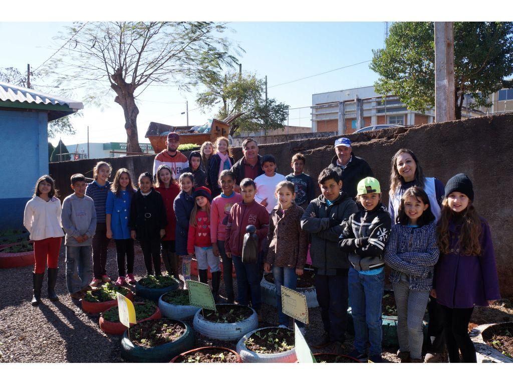 Trabalho Com Alunos na Horta da Escola Municipal Castro Alves - Galeria de Imagens