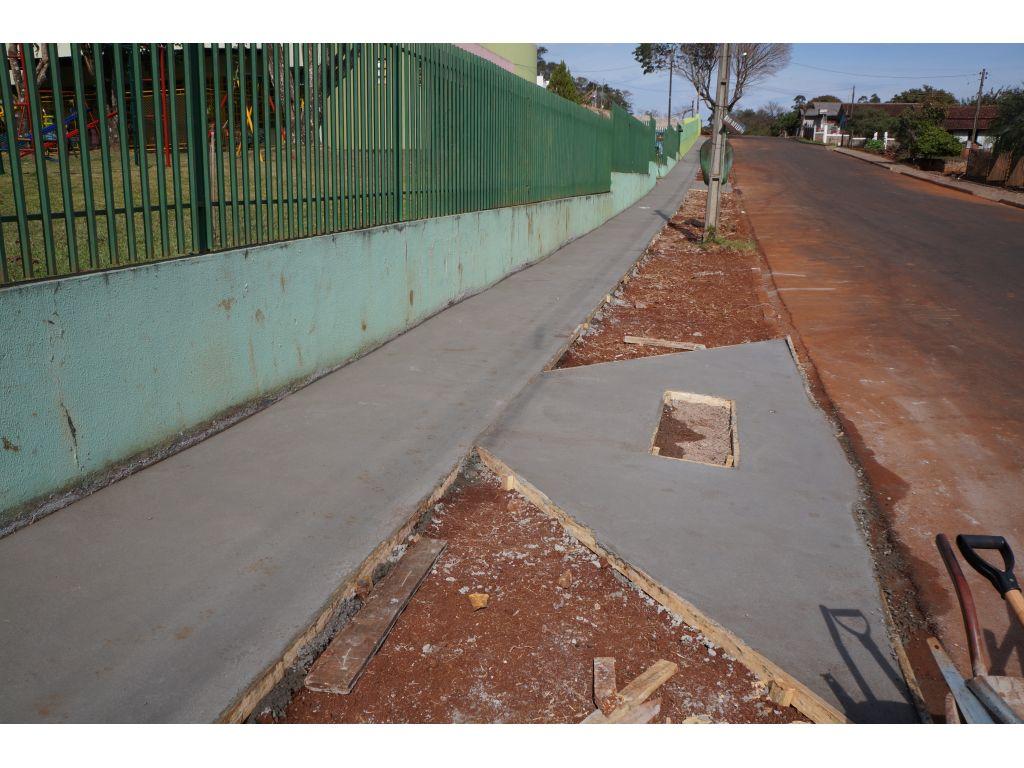 Após Asfaltamento Foram Iniciadas as Calçadas nas Ruas Próximas à Creche - Galeria de Imagens