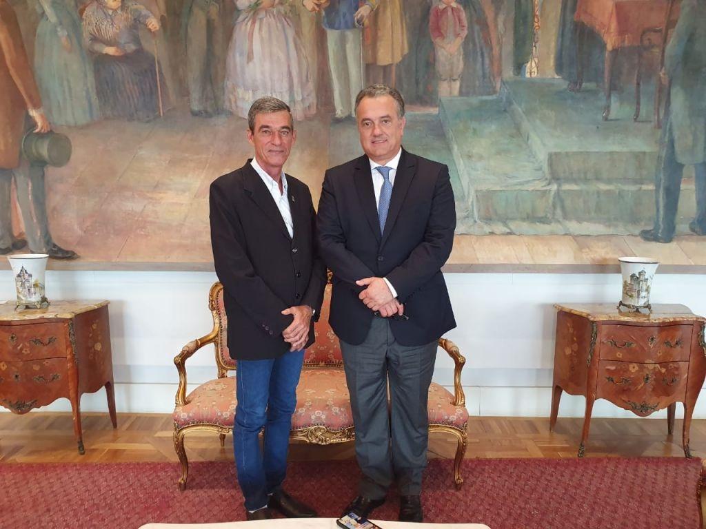 Deputado Plauto Miró Anuncia Repasse de R$ 170 mil Para Aquisição de uma Van  - Galeria de Imagens